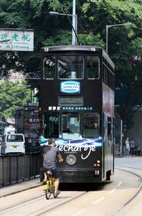 香港の街を行く路面電車トラム。英国植民地時代から走り続けるの写真素材 [FYI04083387]