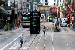 香港の街を行く路面電車トラム。英国植民地時代から走り続けるの写真素材 [FYI04083410]