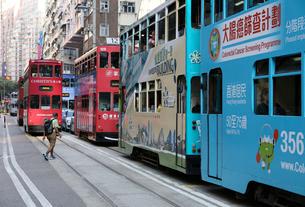 香港の街を行く路面電車トラム。英国植民地時代から走り続けるの写真素材 [FYI04083413]