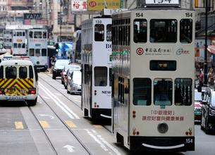 香港の街を行く路面電車トラム。英国植民地時代から走り続けるの写真素材 [FYI04083462]