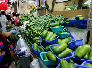 香港・旺角(モンコック/Mong Kok)の市場で売られる野菜。手前は瓜。奥は香港人の好物カイラン菜の写真素材 [FYI04083463]