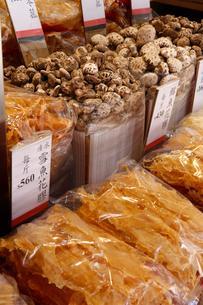 西營盤にある徳輔道西(デ・ヴォー・ロード・ウェスト)の乾物店で売られる海産物や干しシイタケの写真素材 [FYI04083468]