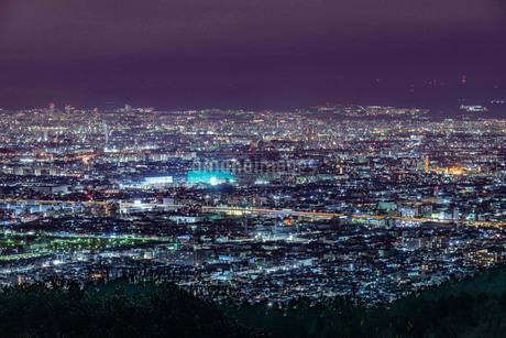 大阪八尾の十三峠展望台からの夜景の写真素材 [FYI04083525]