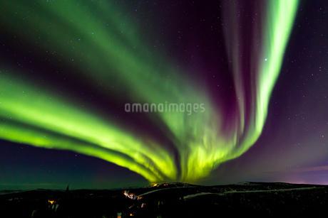 アラスカ フェアバンクスのスキーランド上空のオーロラの写真素材 [FYI04083582]