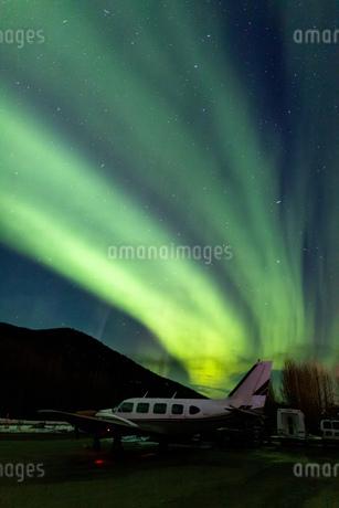 アラスカ フェアバンクスのチェナのオーロラと飛行機の写真素材 [FYI04083592]
