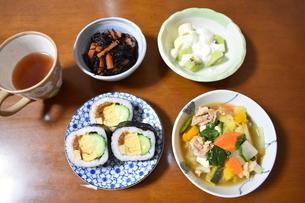 巻き寿司と豚汁の夕食の写真素材 [FYI04083721]