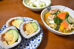 巻き寿司と豚汁の夕食の写真素材 [FYI04083722]