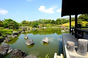 堺,新緑の大仙公園,日本庭園休憩舎から杜若池の写真素材 [FYI04083962]
