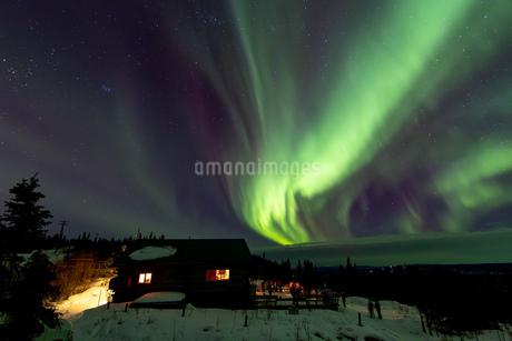 アラスカ フェアバンクスのオーロラと鑑賞する人々の写真素材 [FYI04084332]