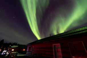 アラスカ フェアバンクスのオーロラとロッジの写真素材 [FYI04084333]