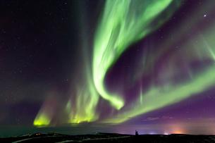 アラスカ フェアバンクスのオーロラと街の灯の写真素材 [FYI04084334]