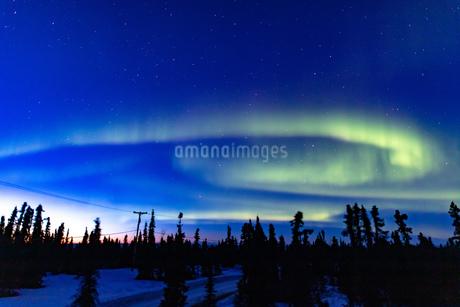 アラスカ フェアバンクスの薄暮に現れた春のオーロラの写真素材 [FYI04084337]