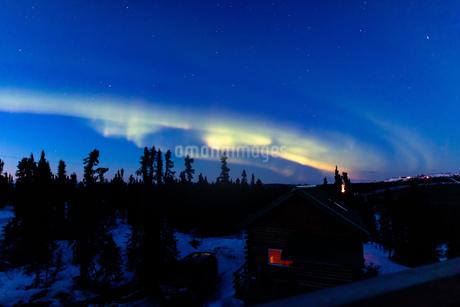 アラスカ フェアバンクスの薄暮に現れたオーロラの写真素材 [FYI04084340]