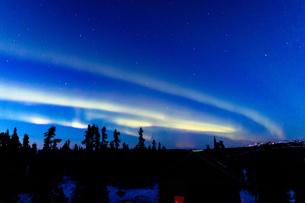 アラスカ フェアバンクスの薄暮に現れた春のオーロラの写真素材 [FYI04084341]