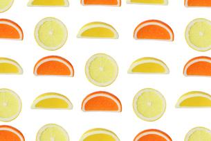 カットしたオレンジとレモンの背景画像の写真素材 [FYI04084492]