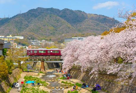 関西の鉄道 阪急電車と神戸市の街並みの写真素材 [FYI04084679]