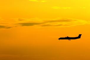 着陸態勢のプロペラ機の写真素材 [FYI04084692]