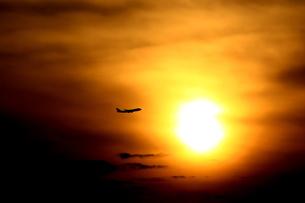 テイクオフと夕陽の写真素材 [FYI04084695]
