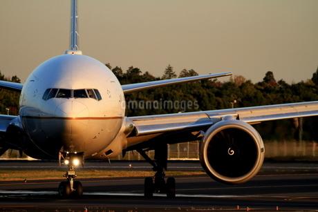 夕方の着陸機の写真素材 [FYI04084747]