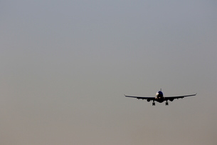 着陸する旅客機の写真素材 [FYI04084750]