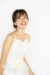 ウエディングドレスを着た20代花嫁の写真素材 [FYI04084988]