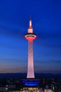 京都タワーの夜景の写真素材 [FYI04085057]
