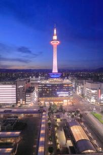 京都タワーの夜景の写真素材 [FYI04085058]