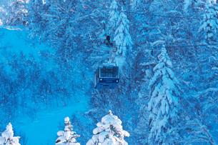 旭岳ロープウェイの点検と雪降ろし作業の写真素材 [FYI04085195]