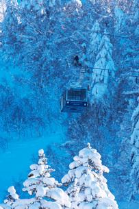 旭岳ロープウェイの点検と雪降ろし作業の写真素材 [FYI04085196]