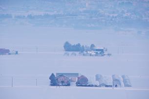 田園風景と朝霧の写真素材 [FYI04085215]