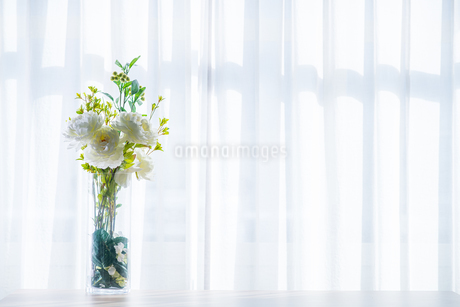 Bouquet in vase decorated near white curtain.  Modern lifestyle concept.の写真素材 [FYI04085274]