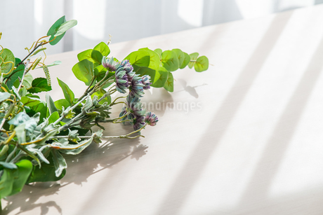 Artificial flower on table.   Modern lifestyle concept.の写真素材 [FYI04085283]
