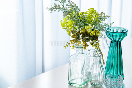 Bouquet in vase decorated near white curtain.  Modern lifestyle concept.の写真素材 [FYI04085287]