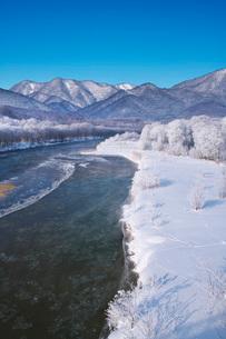 空知川と樹氷の写真素材 [FYI04085444]