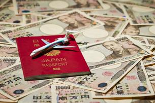 パスポートと飛行機の模型の写真素材 [FYI04085713]