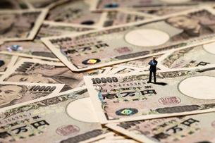 ビジネスマンと一万円札の写真素材 [FYI04085714]