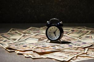 目覚まし時計と日本円の写真素材 [FYI04085719]