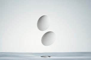 水の中のたまごの写真素材 [FYI04085740]