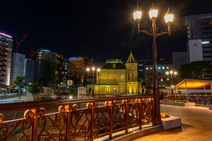 夜の旧福岡公会堂貴賓館と福博であい橋の写真素材 [FYI04085805]