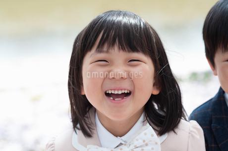 笑顔の女の子の写真素材 [FYI04085833]