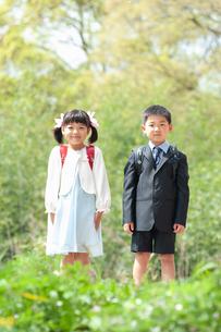正装して並んで立つ二人の新一年生の写真素材 [FYI04085840]