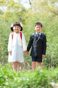 正装して並んで立つ二人の新一年生の写真素材 [FYI04085842]