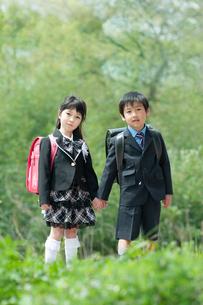 正装して並んで立つ二人の新一年生の写真素材 [FYI04085846]