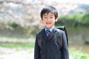 正装して笑う新一年生の男の子の写真素材 [FYI04085874]