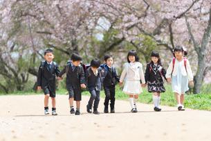 七人で並んで歩く正装した新一年生の写真素材 [FYI04085886]
