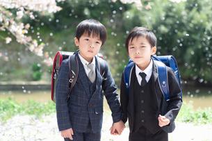 正装して並んで立つ二人の新一年生の写真素材 [FYI04085891]