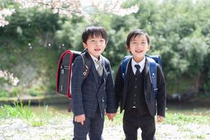 正装して並んで立つ二人の新一年生の写真素材 [FYI04085892]