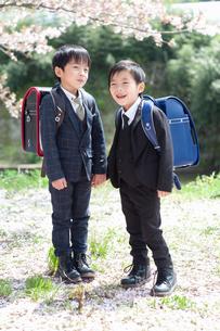 正装して並んで立つ二人の新一年生の写真素材 [FYI04085893]