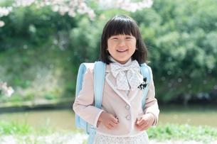 正装して笑う新一年生の女の子の写真素材 [FYI04085905]