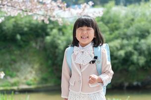 正装して笑う新一年生の女の子の写真素材 [FYI04085907]